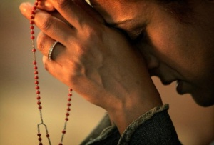 prayer_woman with rosary